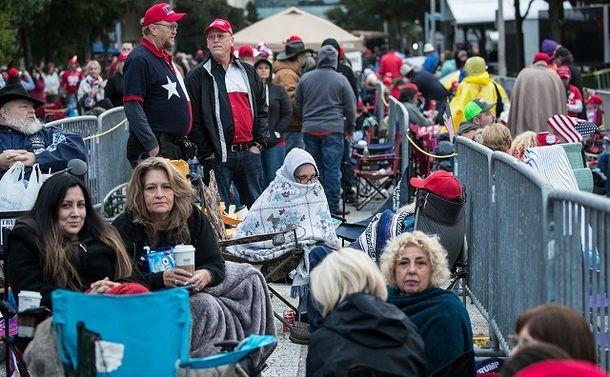 写真・図版 : ヒューストンでトランプ氏応援演説のために並ぶ支持者たち=ランハム裕子撮影