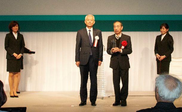写真・図版 : 第53回JXTG児童文化賞を受賞した奥本大三郎さん(右)