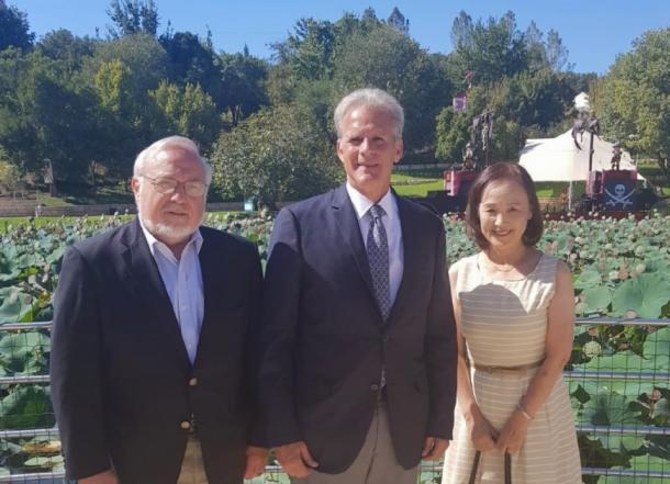 写真・図版 : 左からクーパー氏、オレン氏、筆者