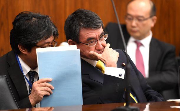 写真・図版 : 参院外交防衛委に臨む河野太郎外相=2018年11月29日