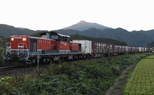 写真・図版 : DD51ディーゼル機関車が先頭に立ち、山口線を走る迂回貨物列車=8月29日、藤野隆晃撮影
