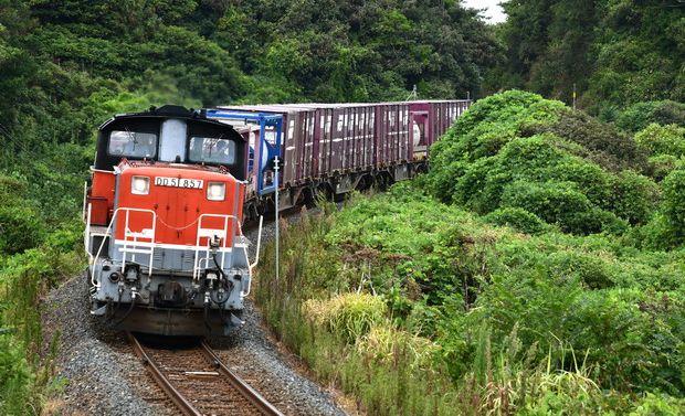 写真・図版 : 山陰線の仁万~五十猛間を走る迂回貨物列車=8月31日、高山顕治撮影