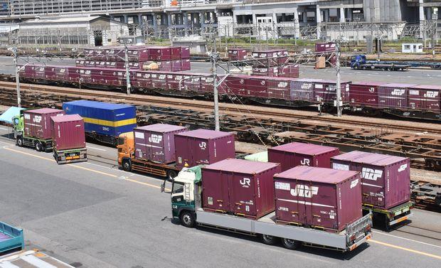 写真・図版 : 代行輸送のトラックが集まった広島貨物ターミナル駅=7月31日、近藤郷平撮影
