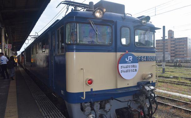 写真・図版 : 「がんばろう岡山 がんばろう広島」のヘッドマークを付けて米子駅に到着した迂回貨物列車=8月29日、杉山匡史撮影
