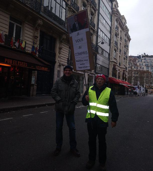 ドゴール将軍がアルジェリア独立に関して言った「理解した」という言葉をかいたプラカードを掲げるデモの参加者=2018年12月1日、パリ。筆者撮影
