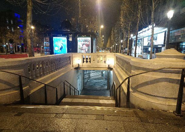 写真・図版 : シャンゼリゼ大通りに面した地下鉄の駅は封鎖された=2018年12月1日、パリ。筆者撮影