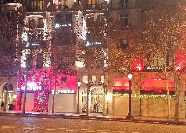"""写真・図版 : デモに備え、板を張って""""武装""""する香水店=2018年12月1日、パリ。筆者撮影"""