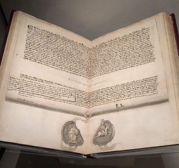 写真・図版 : 憲法の原点。マグナカルタの当時の写本