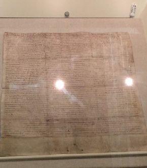 写真・図版 : 憲法の原点となった「マグナ・カルタ」の1215年当時の写本で現存する4枚のうちの1枚。権力を制限するという発想がみられる