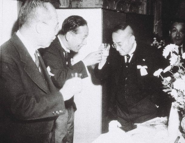 写真・図版 : 憲法公布を祝い乾杯する吉田茂首相(右)。左は幣原喜重郎、中央は金森徳治郎の両国務相=1946年11月、首相官邸