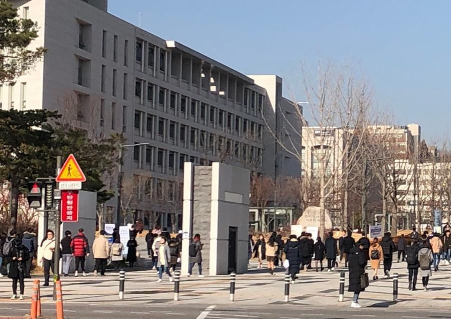 写真・図版 : ソウルの延世大学正門(筆者撮影)