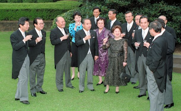 写真・図版 : 首相官邸の庭で細川内閣の発足を祝って乾杯する閣僚たち=1993年8月9日