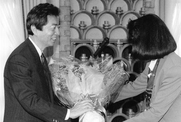 写真・図版 : 内閣記者会とのお別れ懇親会で花束を贈られた細川護熙首相=1994年4月15日