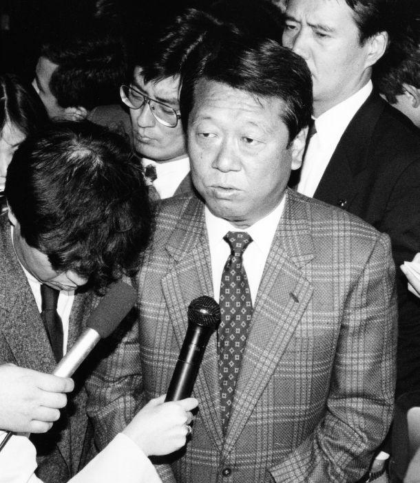 写真・図版 : 細川護熙首相との会談を終え、記者に対応する新生党・小沢一郎代表幹事=1993年10月31日