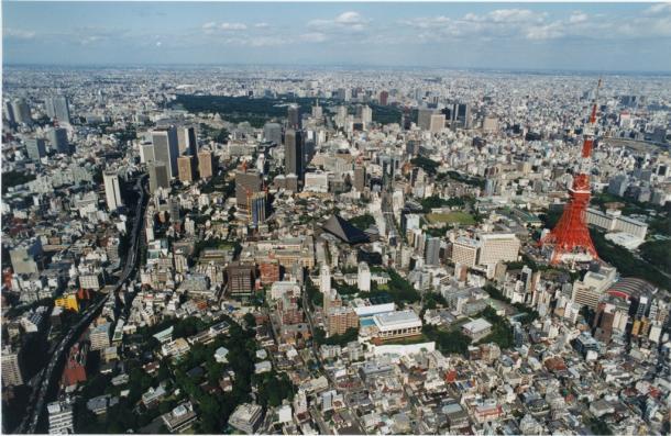 写真・図版 : 東京・港区東麻布3丁目近くの上空から、麻布永坂町、東麻布、麻布台、六本木、芝公園の東京タワー方面。上方は皇居の森=1982年、朝日新聞社機から