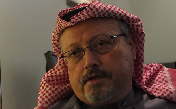 写真・図版 : 2016年1月、サウジアラビアの首都リヤドで朝日新聞記者のインタビューに応じたジャマル・カショギ氏
