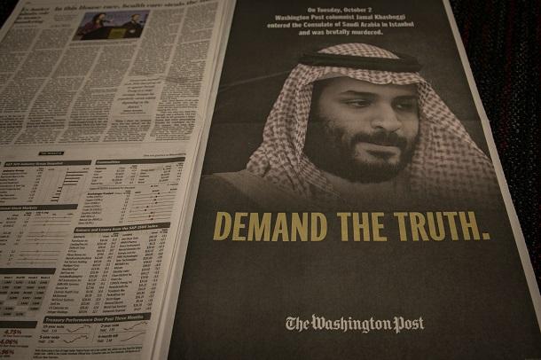 写真・図版 : カショギ氏殺害事件をめぐり、米紙ワシントン・ポストは2018年11月2日付朝刊で1ページを使って、サウジアラビアのムハンマド皇太子の写真を掲載し、その下に「真実を要求する」と記した意見広告を掲載した