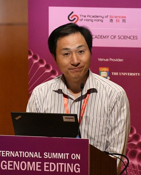 写真・図版 : 香港での国際会議で、双子の女児をゲノム編集技術を使って誕生させたと発表する賀建奎・南方科技大副教授=2018年11月28日、益満雄一郎撮影