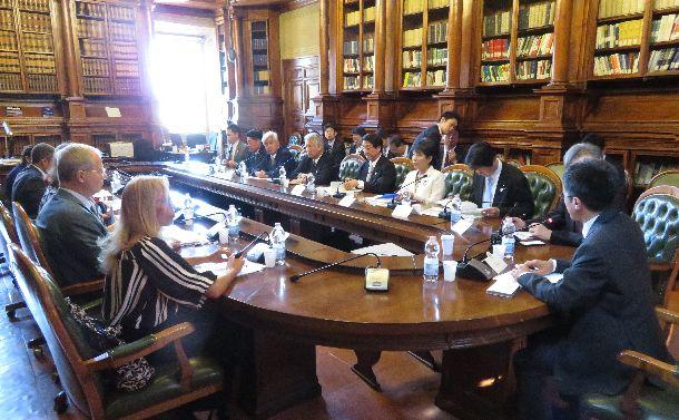 イタリアの現役閣僚と会談し、憲法改正の国民投票について議論する日本の国会議員の視察団=2017年7月17日、ローマの首相府
