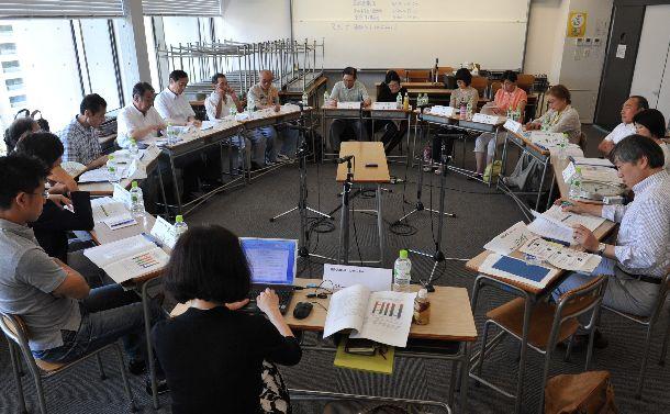 日本で行われたエネルギー選択に関する討論型世論調査。小グループ討論では参加者たちが互いの意見を発表しあった=2012年8月5日、東京都港区