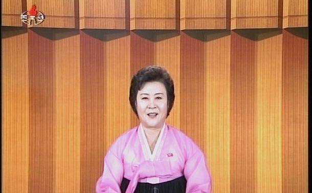 写真・図版 : 北朝鮮の名物アナウンサー、リ・チュニさん。ある種、力強い抑揚で知られています(朝鮮中央テレビから)。北では、ニュース読みで一番大切なのは「気迫」と教え込まれているそうです