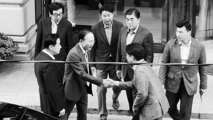 写真・図版 : ドキュメンタリー映画「共犯者たち」(KCIJ Newstapa)から。韓国MBCを解雇された崔承浩監督(右から2人目、現在はMBC社長)は李明博元大統領に詰め寄り、批判した。筆者も出演した