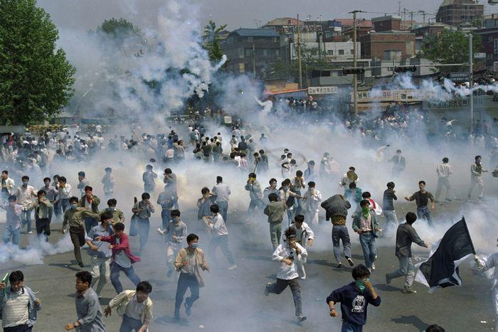 光州事件11周年の91年5月、警官隊の発射した催涙ガスに逃げ惑う学生や市民ら=韓国・ソウル市