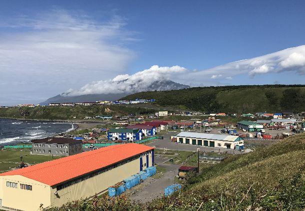 写真・図版 : 鮮やかな色使いの建物が並ぶ択捉島の紗那(しゃ・な)(ロシア名・クリリスク)。島は軍事拠点化が進み、インフラ整備も活発だ=2018年9月18日