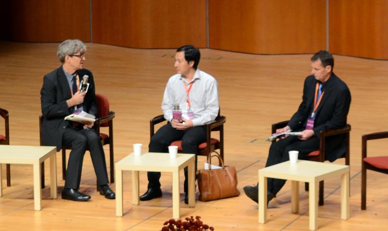 写真・図版 : 質問に答える中国・南方科技大の賀建奎副教授(中)=2018年11月28日、香港大、福地慶太郎撮影