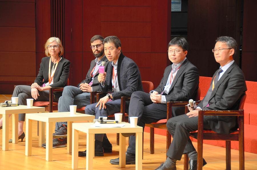 写真・図版 : ゲノム編集の国際会議で議論する各国の研究者ら=11月27日、香港大、福地慶太郎撮影
