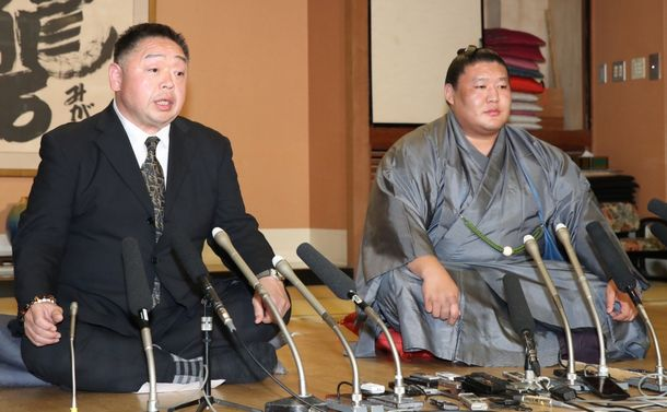 千賀ノ浦親方(左)の隣でうつろな表情を浮かべる貴ノ岩=7日午後、東京都台東区