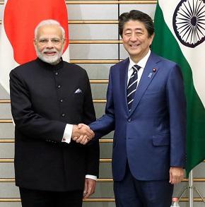 写真・図版 : 首脳会談の冒頭、握手を交わすインドのモディ首相(左)と安倍晋三首相=2018年10月29日、首相官邸