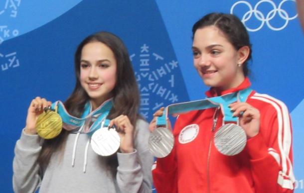 フィギュアスケート女子で金メダルの(左から)アリーナ・ザギトワと銀メダルのエフゲニア・メドベージェワ