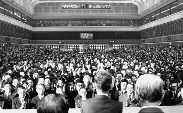 写真・図版 : 史上最高値の株価をつけた平成元年の東証大納会=1989年12月29日、東京・日本橋兜町の東京証券取引所