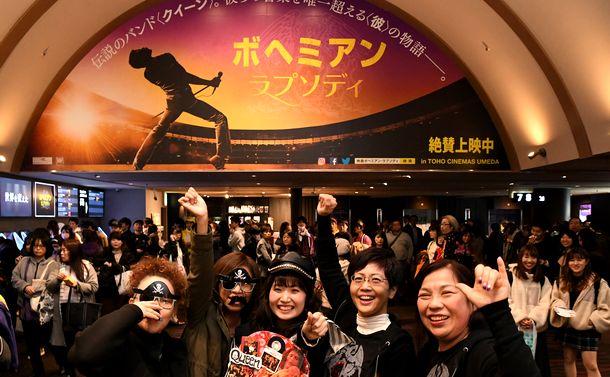 写真・図版 : 「ボヘミアン・ラプソディ」開場前の映画館 。フレディのコスプレやTシャツを着た客らが集まった=2018年11月30日、大阪市北区のTOHOシネマズ梅田