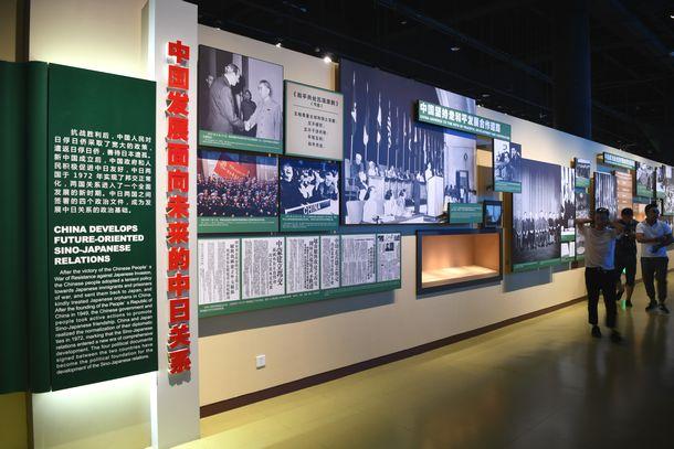 写真・図版 : 2014年の第3期拡張工事で造られた展示室には国交回復後の日中関係を説明するコーナーも=2018年7月8日(冨名腰隆撮影)