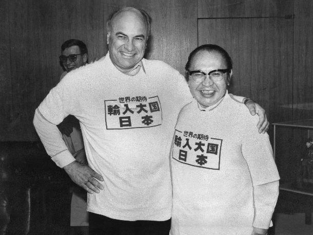 写真・図版 : 通産省でおそろいの「米国製」Tシャツを着た渡辺美智雄通産相とヤイター米通商代表。この際の会談は、外国系半導体の日本への輸入拡大を「サイドレター」にどう書くかをめぐって深夜まで続いた=1986年5月28日
