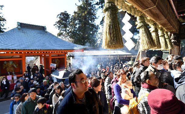写真・図版 : 初詣客でにぎわう高尾山薬王院。正月は日本人の多くが神様に触れるときだが、その初詣でさえ参拝者は減少傾向?=2018年1月1日