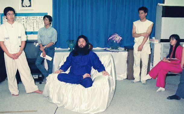 写真・図版 : 記者会見するオウム真理教の麻原彰晃(本名=松本智津夫)代表=1990年10月25日