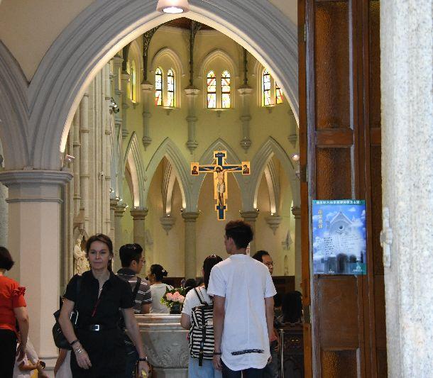 写真・図版 : ミサのためキリスト教会に集まった信者たち=2018年9月23日、香港