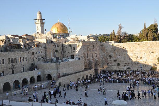 写真・図版 : エルサレム嘆きの壁と岩のドームがあるエルサレムはキリスト教、イスラム教、ユダヤ教の聖地だ