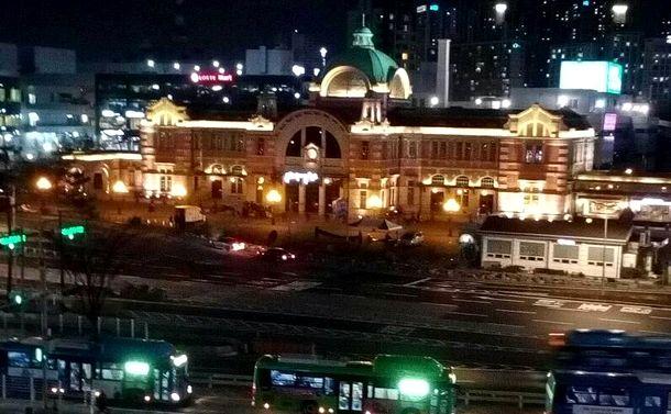 写真・図版 : 今年の暮れ、ライトアップされた旧ソウル駅舎付近です。植民地時代に日本が建て、修復の後、2011年に「文化駅ソウル284」として文化展示スペースに生まれかわりました