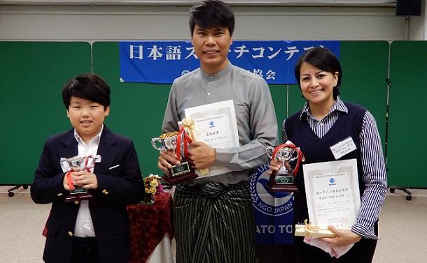 写真・図版 : 日本語スピーチコンテストの入賞者たち。左からクリフ・ユーン君、イエ・メーン・アウンさん、サントス・マリア・ルーデスさん