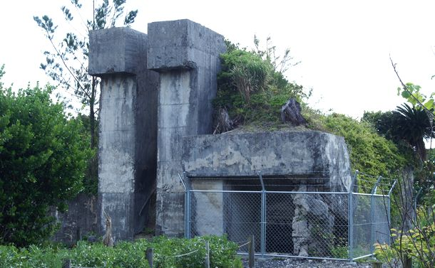 写真・図版 : 戦闘指揮所跡。太平洋戦争末期、現在の喜界空港は沖縄方面の敵艦隊へと向かう特攻機が整備・給油を行う中継飛行場だった。特攻隊員は出撃前にこの「戦闘指揮所」で作戦指示を受けたと言われる=喜界町HPより