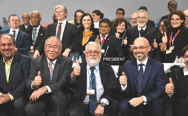 写真・図版 : COP24でパリ協定の運用ルールの採択後、中国の気候変動事務特別代表の解振華(前列左から2人目)が、EU代表と共に写真に納まった=2018年12月15日、ポーランド南部カトビツェ