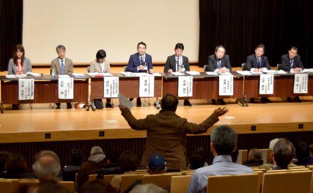港区子ども家庭総合支援センターの説明会 。住民らからの「南青山である必要はないのでは」と質問に区の担当者らが質問に答えた=2018年12月15日、東京都港区