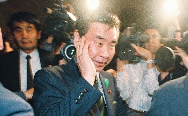 衆院本会議場へ向かう羽田孜・新生党党首投票の結果、新首相に指名された=1994年4月25日