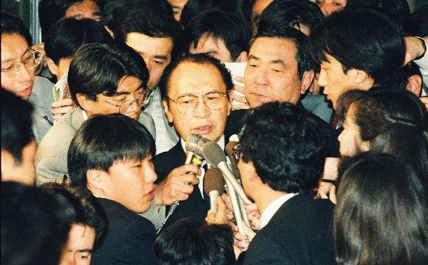 写真・図版 : 細川護熙首相の後継首相をめぐり、渡辺美智雄元副総理・外相が、自民党を離党して首班指名投票に出馬する意向を表明した。報道陣にかこまれる渡辺美智雄氏=1994年4月17日