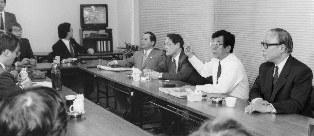 写真・図版 : 統一会派「改新」について批判が噴出した新党さきがけの議員総会=1994年4月26日