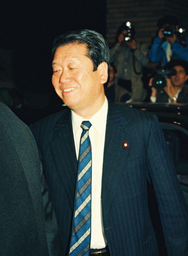 写真・図版 : 社会党の連立政権離脱で羽田首相と会談後の小沢一郎・新生党代表幹事=1994年4月25日